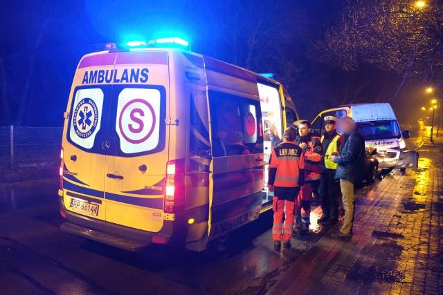 """W niedzielę około godz. 20, doszło do wypadku na ul. Sanockiej w Przemyślu. To fragment drogi krajowej nr 28.Na prostym odcinku drogi kierujący busem zderzył się czołowo z alfą romeo za kierownicą której siedział mężczyzna z pow. przemyskiego. Drugim z pojazdów podróżowały dwie osoby - nic im się nie stało. Kierujący busem doznał urazu klatki piersiowej i trafił do szpitala. - Policjanci ustalili, że poszkodowany miał 2 promile alkoholu w organizmie - powiedziała sierż. szt. Marta Fac z KMP w Przemyślu.Ruch na DK nr 28 odbywa się wahadłowo. Policjanci wykonują swoje czynności.Aktualizacja, poniedziałek godz. 9.15- Kierujący peugeotem, jadąc ul. Sanocką uderzył w barierę energochłonną, odbił się od niej i zjechał na przeciwległy pas ruchu, którym poruszał się kierujący alfą romeo. Doszło do czołowego zderzenia - mówi sierż. szt. Fac z KMP w Przemyślu.41-letni kierowca peugeota, mieszkaniec pow. przemyskiego odpowie za przestępstwo prowadzenia pojazdu w stanie nietrzeźwości oraz za wykroczenie tj. stworzenie zagrożenia bezpieczeństwa w ruchu drogowym. 41-latkowi zatrzymano prawo jazdy, a pojazd zabezpieczono na parkingu strzeżonym.Groźna """"czołówka"""" w Utah. Nietrzeźwy kierowca maserati wjechał na autostradę pod prąd"""