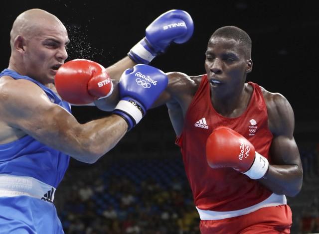 Igor Jakubowski (z lewej) przegrał jednogłośnie na punkty z Lawrence'em Okoliem na olimpijskim ringu w Rio de Janeiro