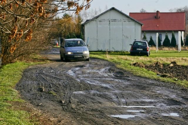 Ulica Gałowska na Jerzmanowie. Nie tylko asfalt, ale jakiekolwiek utwardzenie drogi jest wielkim marzeniem mieszkańców. Na razie niespełnionym
