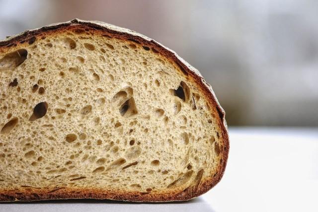 Zaskakujące skutki uboczne niejedzenia chleba. Istnieje wiele skutków ubocznych, o których warto wiedzieć, gdy rezygnujesz z pieczywa na dobre. Istnieją zarówno pozytywne, jak i negatywne skutki uboczne rezygnacji z chleba.Co się stanie, jeśli zupełnie się wykluczy pieczywo? Wszyscy, którzy zrezygnowali z jedzenia chleba czy bułek bardzo szybko zauważają, że czują się nieco inaczej.Eksperci wymieniają wiele efektów niejedzenia pieczywa. Oto niektóre z najbardziej zaskakujących skutków ubocznych rezygnacji z chleba. Poznaj je na kolejnych slajdach w naszej galerii >>>>>