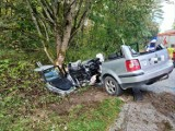 Wypadek na trasie Nowy Barkoczyn - Będomin 28.09.2020. Kierowca był zakleszczony w aucie. Trafił do szpitala