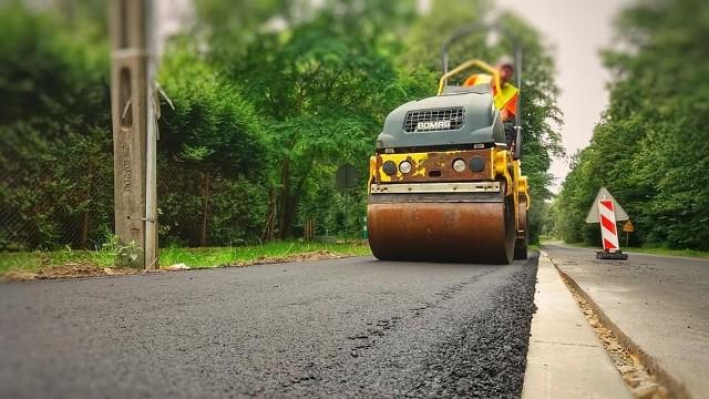Obecnie w Jaworznie trwają prace nad nowymi chodnikami w ramach JBO. Teraz powstają na ul. Ciężkowickiej i ul. Budowlanej, gdzie układana jest nowa masa asfaltowa.Zobacz kolejne zdjęcia. Przesuń zdjęcia w prawo - wciśnij strzałkę lub przycisk NASTĘPNE