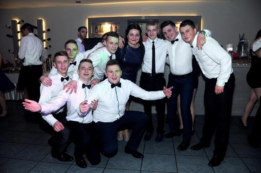 Uczniowie Zespołu Szkół Ponadgimnazjalnych nr 2 w Kluczborku bawili się na balu maturalnym w restauracji Nad Stawem w Bogacicy.