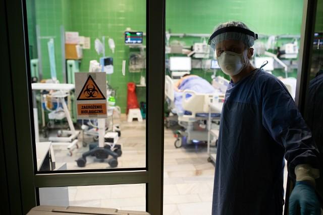Lekarze i pielęgniarki z intensywnej terapii Szpitala Wojskowego w Krakowie mówią zgodnie: pandemia wywróciła nasze życie do góry nogami