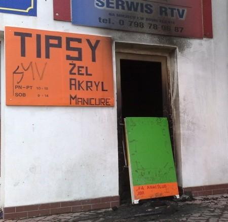 Nieznany jeszcze sprawca podpalił śmietniki oraz drzwi do sklepu i mieszkań na osiedlu.