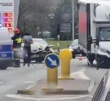 Kolizja w centrum Kostrzyna. Renault i dostawcze iveco zderzyły się tuż przed jednostką straży pożarnej