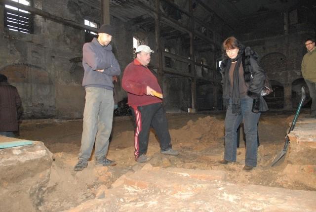 Krypta ukazała się oczom archeologów po rozkuciu posadzki w ruinach zboru. Na zdjęciu Piotr Warzyniak (drugi od lewej) oraz Alina Jaszewska z zielonogórskiej fundacji archeologicznej.