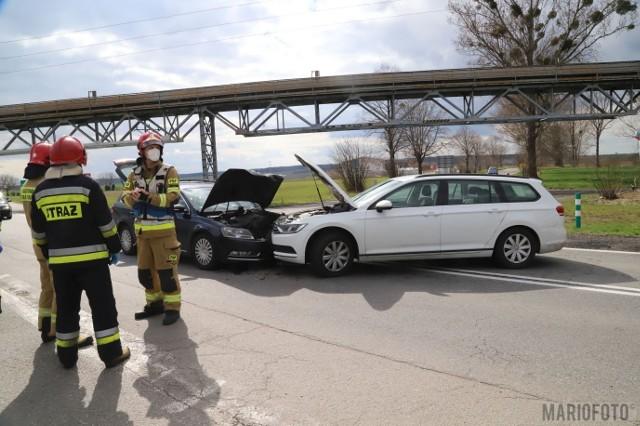 Zimnice Małe. Czołowe zderzenie dwóch samochodów na drodze krajowej nr 45 przy taśmociągu