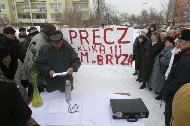 Około 200 osób spotkało się w niedzielę na placu zabaw przy ulicy Maciejewicza.