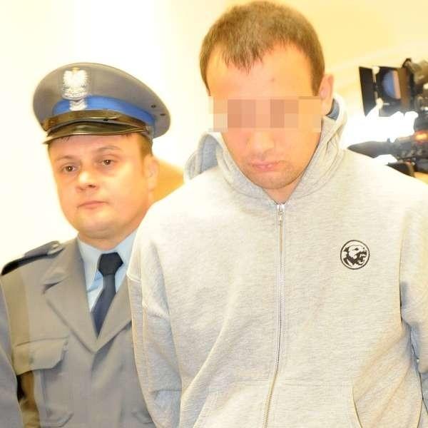 Piotr B. nie odpowiadał na pytania dziennikarzy. W milczeniu szedł razem z policjantami na salę sądową.