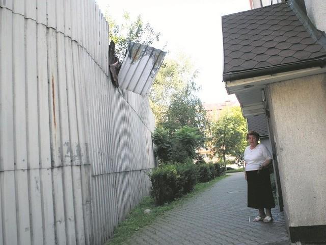 Mieszkańcy bloku przy ul. Drewnianej 6 boją się chodzić obok niebezpiecznie zwisającej blachy.