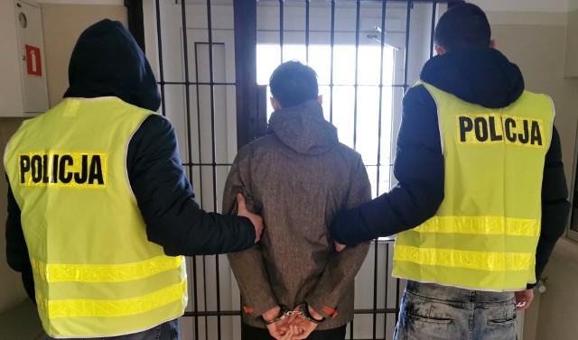 21-letni warszawianin nie będzie miło wspominał pobytu w Białymstoku. Wkrótce zostanie przekazany stołecznej policji. To ona umieściła mężczyznę na liście poszukiwanych.