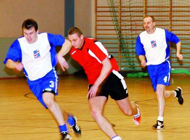 Dawid Jędrzejak (czerwony strój) już w barwach Jantara zagrał w turnieju halowym w Jezierzycach.