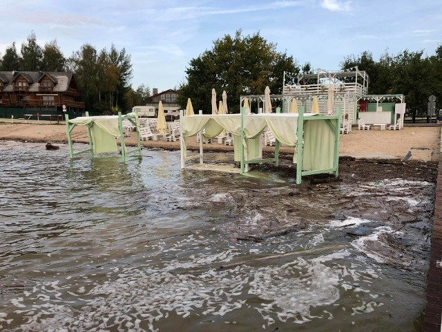 Podtopiona plaża i zniszczenia po okresie zwiększonego poziomu wody na Zalewie Mietkowskim