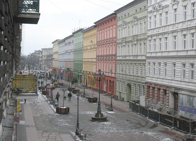 Wyludniony fragment ul. Bogusława straszy pustkami. Ulica została zamknięta dla ruchu kołowego w 1999 roku. Czy będzie przekształcona w deptak, zadecyduje ministerstwo.