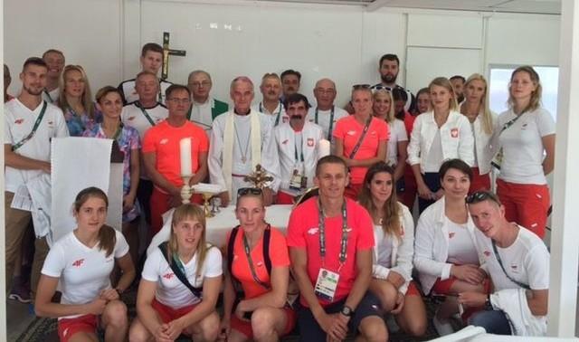 W niedzielnej mszy świętej w wiosce olimpijskiej uczestniczyła duża grupa polskich zawodników, trenerów i działaczy.