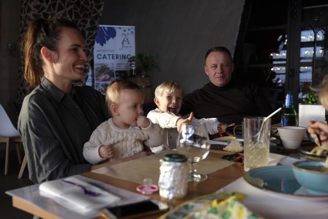 """Toruń. Restauracja """"Artystyczne Bistro"""" na Jordankach w Toruniu otworzyła szeroko swoje drzwi. Wcale nie dla gości, bo przecież nie wolno, tylko dla testerów menu"""