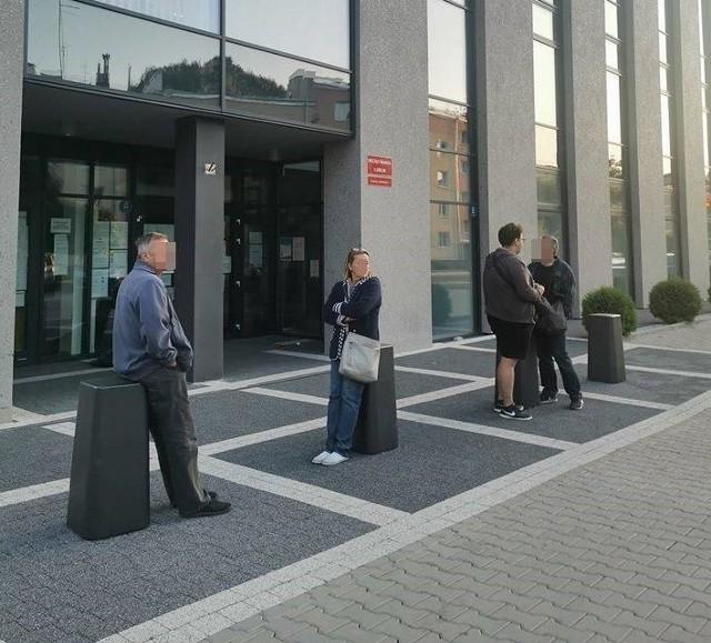 Tak wyglądała sytuacja przed Wydziałem Komunikacji o godz. 5.45. Niektórzy przyszli dzień wcześniej. Potem kolejka tylko się wydłużała