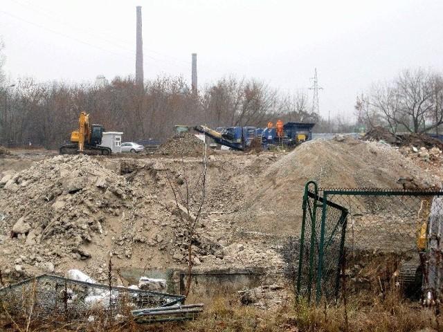 Trwają prace przy przygotowaniu działki do budowy marketu NOMI. (fot. Kazimierz Cuch)