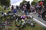 Tour de France. Wielka kraksa na 1. etapie. Policja szuka sprawczyni wypadku, kolarze apelują do kibiców o szacunek