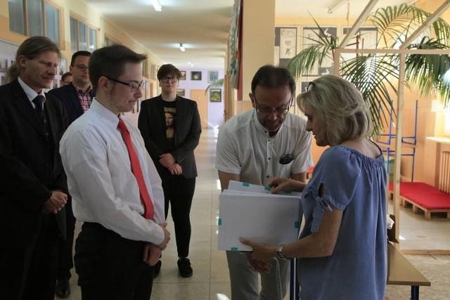 Na zdjęciu Jadwiga Ochocka, dyrektor II LO (z prawej), zaś obok niej wicedyrektor Dariusz Jędrasiak - podczas trwających w szkole matur