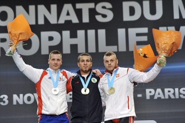 Dwa lata temu w MŚ w Paryżu Adrian Zieliński (z prawej) miał brąz. Przegrał z Irańczykiem Rostamim (w środku) i Francuzem Hennequinem, ale obu teraz zabraknie.