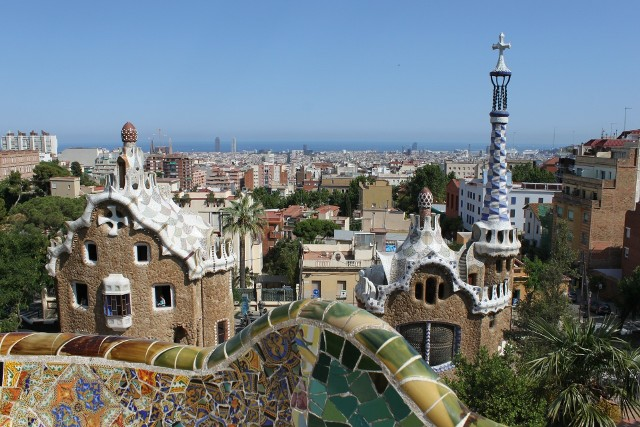 """Które miasta są najlepsze  na tzw. """"pracowakacje"""", czyli wyjazd łączący pracę z dobrą zabawa i odpoczynkiem? Na pewno m.in. Barcelona. Dlaczego?"""