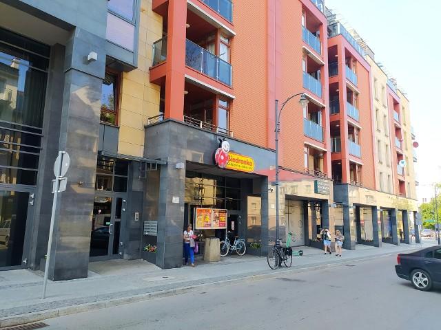 Brak klimatyzacji w białostockiej Biedronce to problem uciążliwy zarówno dla klientów, jak i pracowników sklepu. Powód, dla którego w popularnym markecie nie ma urządzenia chłodzącego pozostaje wciąż tajemnicą.