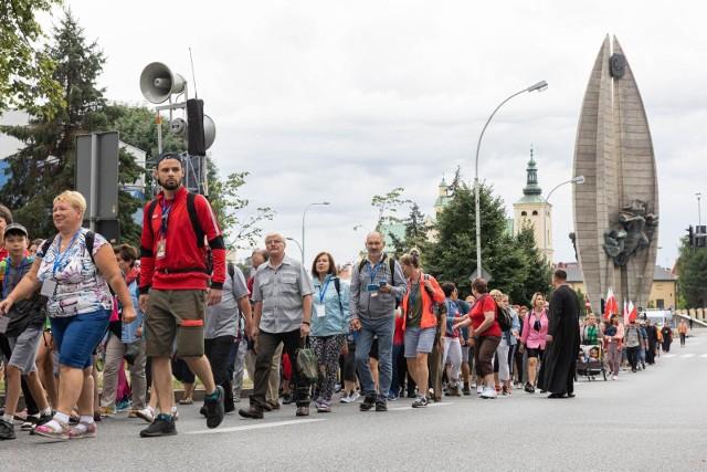 Piesza Pielgrzymka z Rzeszowa na Jasną Górę wyruszyła z Placu Farnego około godz. 8.