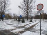 """Wycięte drzewa i droga z betonowych płyt przez teren zielony. O budowie przedszkola na os. Widok mieszkańcy mówią: """"Dewastacja"""""""