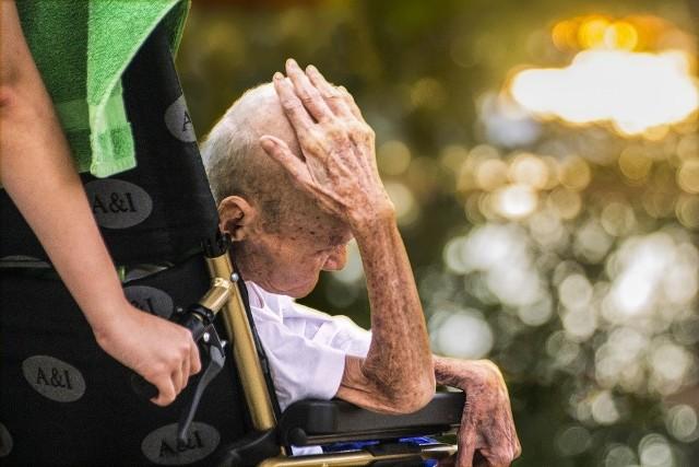 W Polsce coraz więcej seniorów potrzebuje całodobowej opieki. (Zdjęcie ilustracyjne).