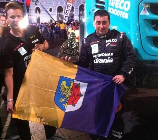 Darek Rodewald na mecie Rajdu Dakar 2014 z flagą Olesna