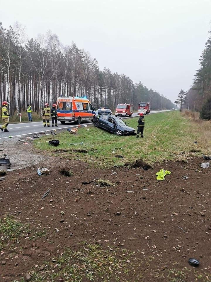 Niedaleko Białego Boru, kierowca samochodu osobowego stracił panowanie nad pojazdem, zjechał do rowu i dachował. Na miejscu, poza pogotowiem i policją, działali strażacy z Białego Boru, Miastka, Szczecinka, Sępolna Wielkiego.