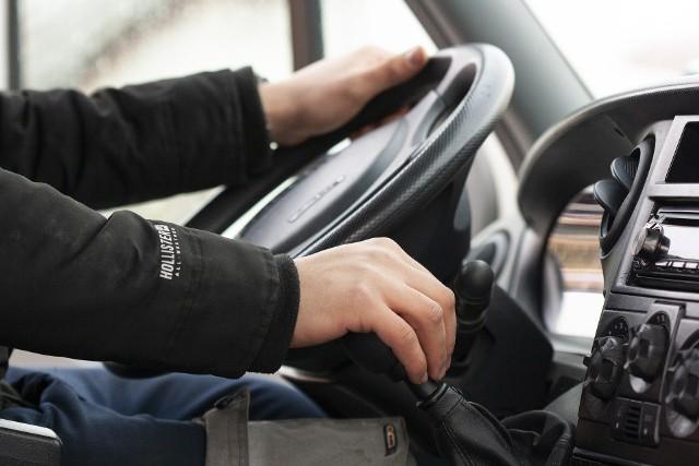 Kierowca to wymagający zawód. Na jakie zarobki mogą liczyć pracownicy z różnych gałęzi tej branży? Zawód kierowcy często jest mało szanowany. Nie dostrzegamy, że takie osoby spędzają w trasie często wiele godzin, muszą przestrzegać odpowiednich zasad oraz terminów. Najczęściej obrywa się niestety kierowcom autobusów, tramwajów czy trolejbusów - bo to z nimi mamy najczęściej kontakt. Kierowcy nie zarabiają mało. A pracownicy w tej branży cały czas są potrzebni. Sprawdziliśmy więc, jakie są średnie zarobki wśród kierowców. Pomógł nam w tym portal Wynagrodzenia.pl. Wszystko oczywiście zależy od rodzaju kierowcy, jednak zarobki wahają się od 2780 zł brutto do nawet 6200 zł brutto. Zobacz kolejne zdjęcia z zarobkami kierowców w konkretnych specjalizacjach. Przesuń zdjęcia w prawo - wciśnij strzałkę lub przycisk NASTĘPNE