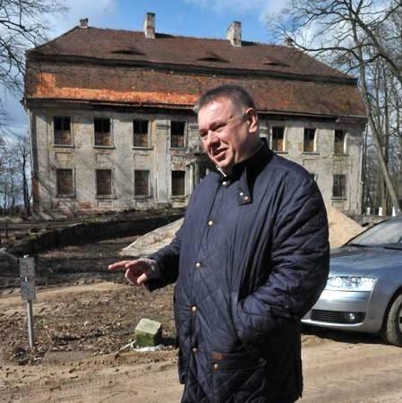 - Zauroczyła mnie ta okolica - mówi Zbigniew Czmuda, właściciel pałacu w Wiechlicach (fot. Paweł Janczaruk)
