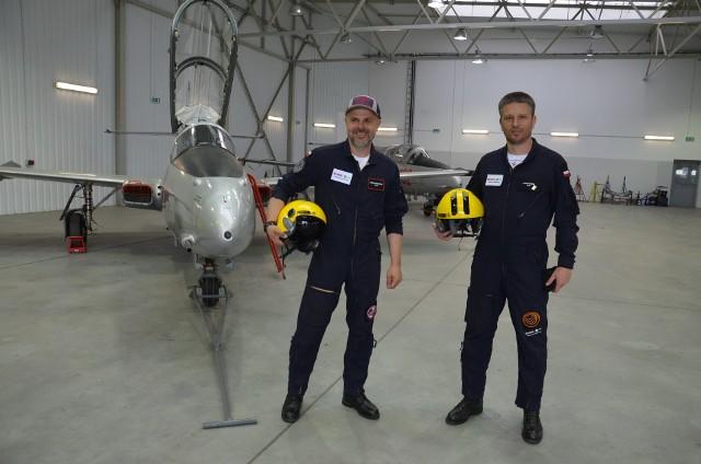 """Legendarne samoloty odrzutowe ISKRA """"znalazły swój dom"""" w Mielcu. Na zdjęciu oraz Piotr Maciejewski, prezes fundacji """"Biało-Czerwone Skrzydła (z lewej) oraz Jakub Kubicki, współzałożyciel fundacji i pilot lotniczy (na zdjęciu z prawej."""