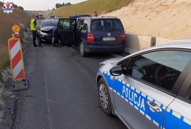 Kierujący volkswagenem zignorował czerwone światło i doprowadził do zderzenia kilku samochodów