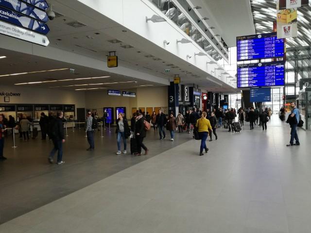 Tydzień temu na terenie dworca kolejowego Poznań Główny otwarta została Biedronka. Tym samym sklepy tej sieci działają już na pięciu dworcach w Polsce. Oprócz stolicy Wielkopolski są to: Kraków Główny, Warszawa Centralna, Warszawa Wschodnia oraz Wrocław Główny. Poznańska Biedronka znajduje się na poziomie +2.