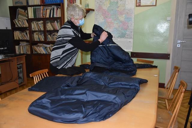Hanna Szymańska, wiceprezes schroniska im. św. Brata Alberta w Grudziądzu prezentuje kurtko-śpiwór dla bezdomnych. To dary z urzędu marszałkowskiego w Toruniu