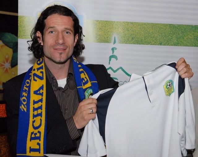 Nieco ponad rok temu Maciej Murawski podpisał kontrakt i z dumą prezentował klubowy szalik i koszulkę. Niestety, brutalna rzeczywistość zniszczyła jego plany o wielkiej piłce w Zielonej Górze.