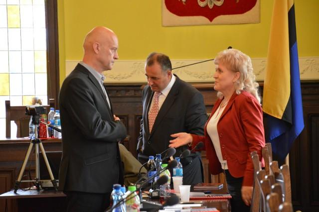 Oni mają najwięcej pytań do zarządu powiatu - z prawej Mirosława Dalecka z PiS, z lewej Leszek Redzimski z PO.