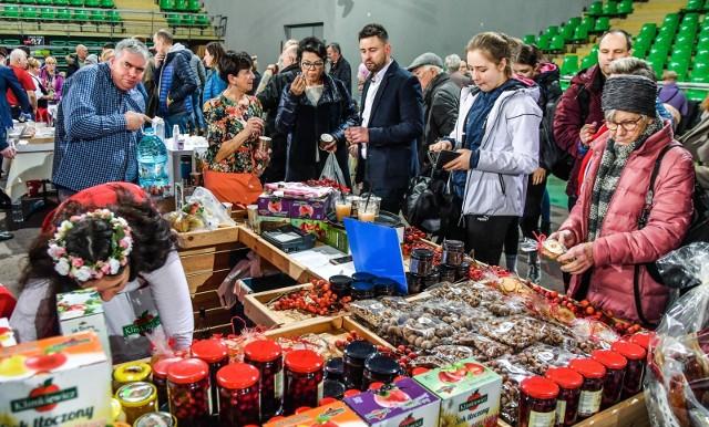 """W HSW """"Łuczniczka"""" w Bydgoszczy odbyły się targi Nasze Dobre. Impreza rozpoczęła się w niedzielę (8 grudnia) przed południem, trwała do godziny 19. Targi były świetną okazją do skosztowania i zakupienia przepysznych regionalnych produktów. Nasz fotoreporter odwiedził stoiska. Jesteście ciekawi, co można było dostać? Zapraszamy do obejrzenia zdjęć.Więcej o imprezie"""