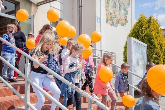 Dzieci z Przysuchy obejrzały film w Domu Kultury i dostały kolorowe baloniki.
