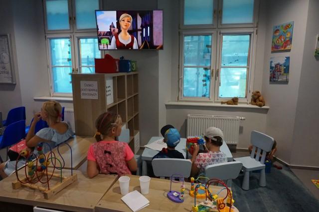 Jeszcze do niedawna do Poznańskiego Centrum Świadczeń rodzice przychodzili z dziećmi. Maluchy nie nudziły się, czekając aż mama czy tata załatwią swoje sprawy. Na razie to przeszłość z uwagi na bezpieczeństwo klientów i pracowników Poznańskiego Centrum Świadczeń obsługa klienta będzie odbywała się tylko w wyznaczonych miejscach bez możliwości korzystania z infrastruktury dla dzieci. Centrum zaleca również, aby przychodzić bez osób towarzyszących