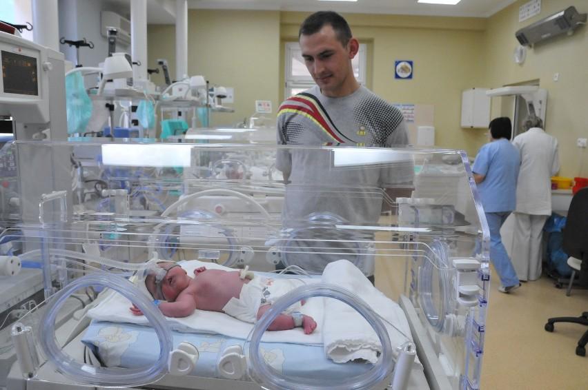 Aleksander (1800 gramów), Piotr (2200 gramów) i Krystian (2100 gramów) urodzili się o godz. 8.40. Są bliźniakami trzyjajowymi. Jak podaje Wikipedia, to najrzadszy przypadek ciąży trojaczej. http://get.x-link.pl/cf9661e4-c1a7-7338-12dd-328954f2eb7f,8e44f051-0b6f-b986-435c-dade70b4954d,embed.html