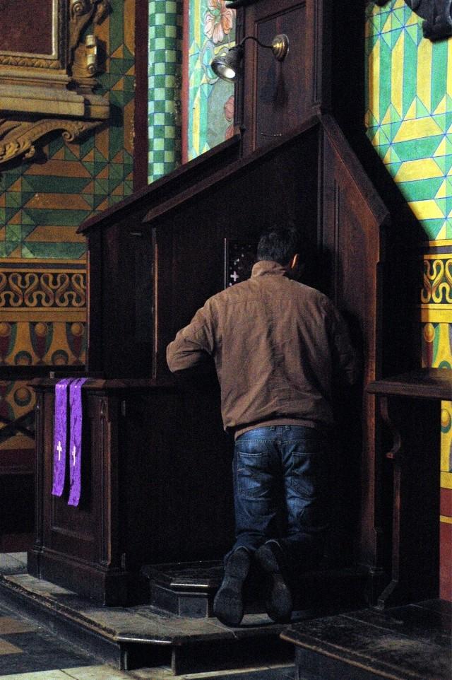 LISTA GRZECHÓW >>> PRZEJDŹ DALEJKatolicy chcą przystąpić do sakramentu pokuty i pojednania z Bogiem. Są jednak przypadki, w których kapłan nie rozgrzeszy wiernego. Zobacz za które grzechy nie dostaniesz rozgrzeszenia.SPRAWDŹ KONIECZNIE: Spowiedź: nowe grzechy. Z czego powinieneś się wyspowiadać? [LISTA NOWYCH GRZECHÓW];nf
