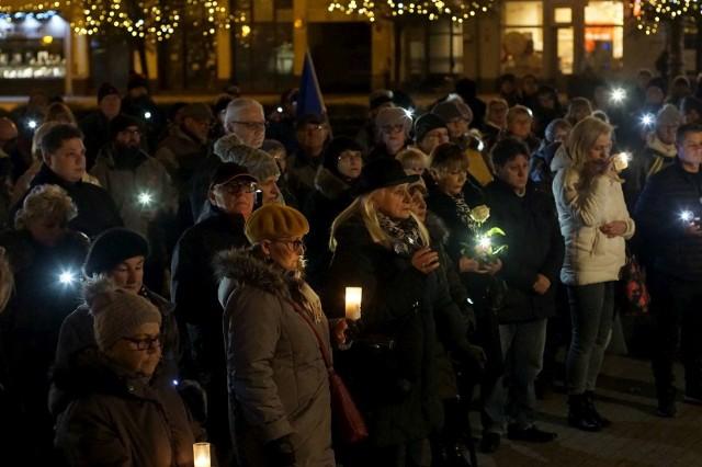 We wtorek, 14 stycznia, czyli rok po śmierci Pawła Adamowicza, jego pamięć uczcili także poznaniacy. Przypomnijmy, że prezydent Gdańska zmarł po ugodzeniu nożem podczas finału Wielkiej Orkiestry Świątecznej Pomocy. W spotkaniu na placu Wolności wzięło udział kilkadziesiąt osób.Zobacz więcej zdjęć ---->