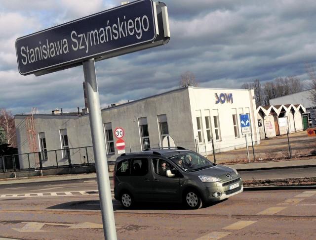 Ulica Stanisława Szymańskiego swoją nazwę otrzymała w 2015 roku. To pierwsza zakładowa droga przekazana miastu