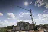 Kościół przy ul. Narewskiej. Budowa trwa. Jeden z datków na budowę to 72 tys. zł. Złożyła go para nowożeńców [ZDJĘCIA]