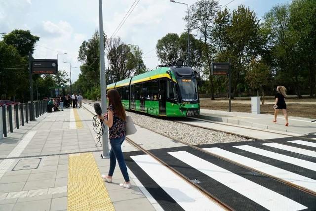 Budowa tramwaju na Naramowice idzie do przodu. Właśnie zakończyły się prace na pętli Wilczak, będące częścią budowy tramwaju na Naramowice. Już od września na pętlę Wilczak powróci ruch tramwajowy - znów zaczną kursować tam tramwaje linii nr 3. Dalsza część prac ma ruszyć jesienią tego roku. Trasa tramwajowa do ul. Błażeja, jak zapowiadają władze miasta, ma zakończyć się najpóźniej wiosną 2022 roku.Zobacz więcej zdjęć ---->